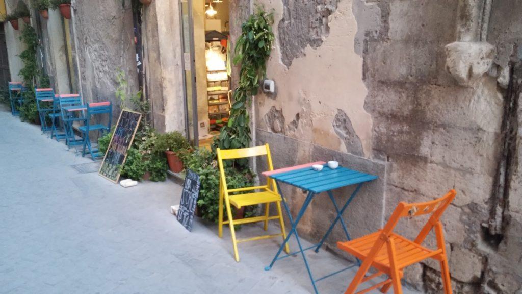 tavoli-sedie-suolo-pubblico-ortigia-siracusa